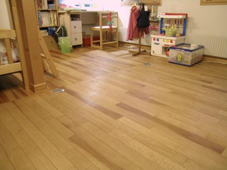 子供部屋に辺材の多い床材を使用