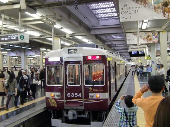 桜と共に電車色々05