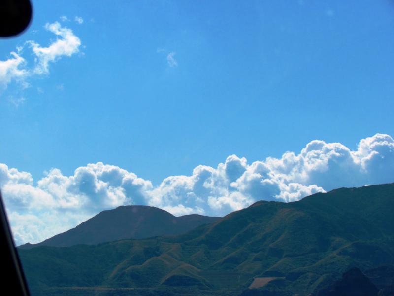 平良の山は夏雲