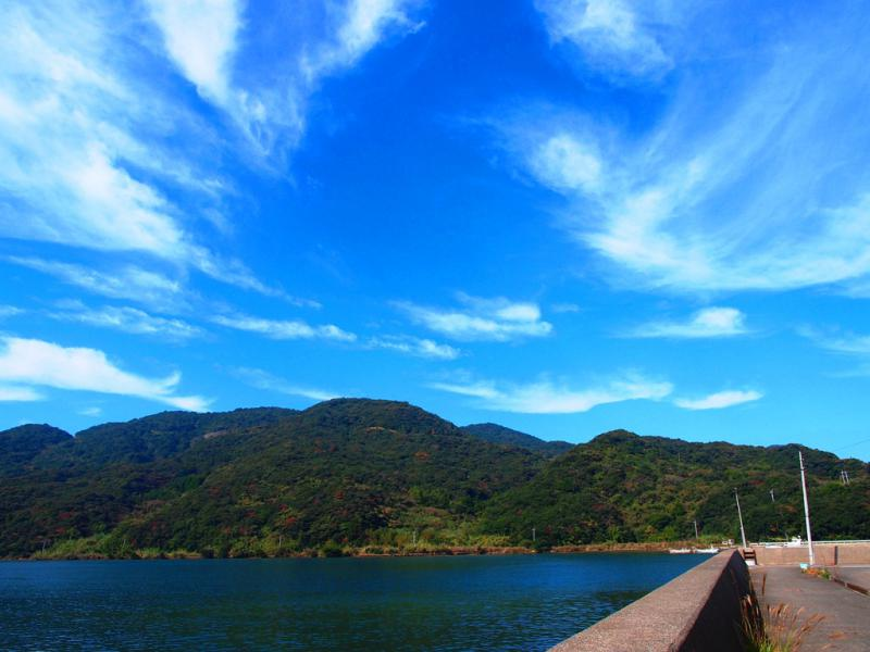 夏日の空と湾
