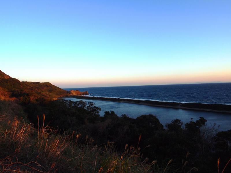 朝陽の中  ナマコ池と長目の浜