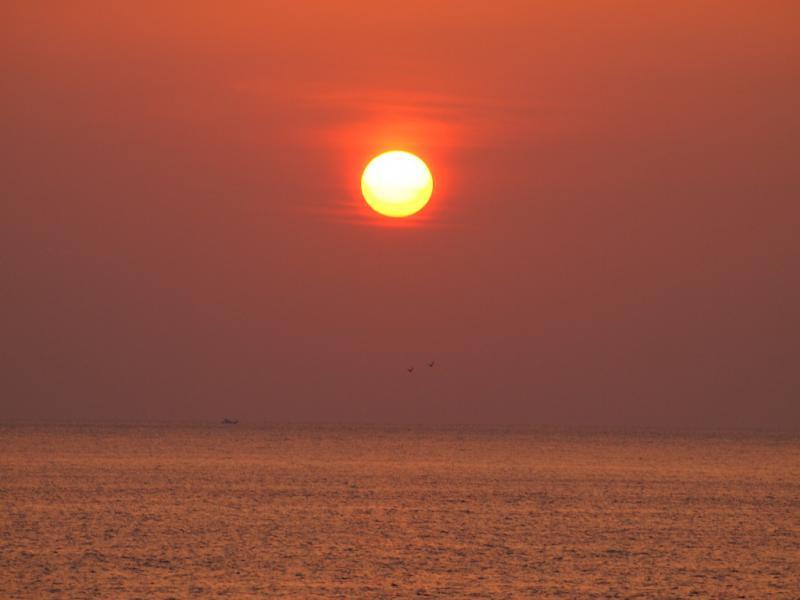 夕陽 4 遠くに夜釣りの船