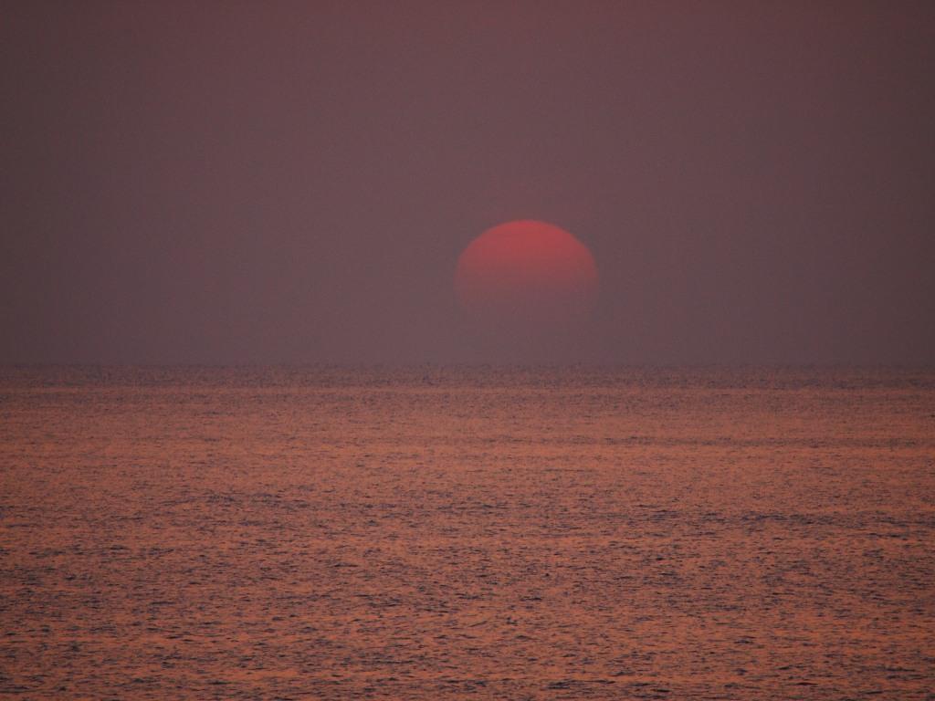 夕陽 水平線に