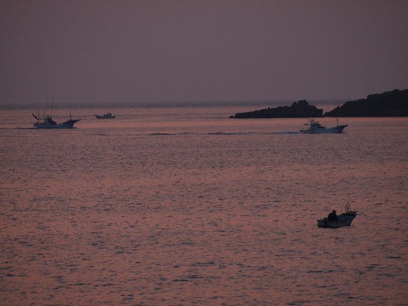 漁から帰る小舟