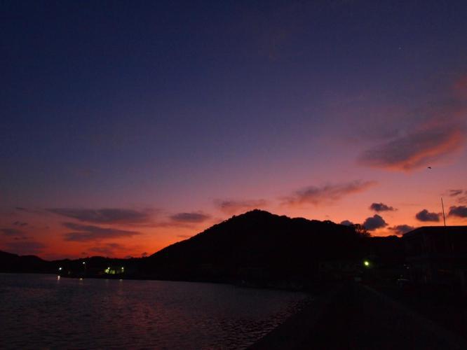 夜明けの湾