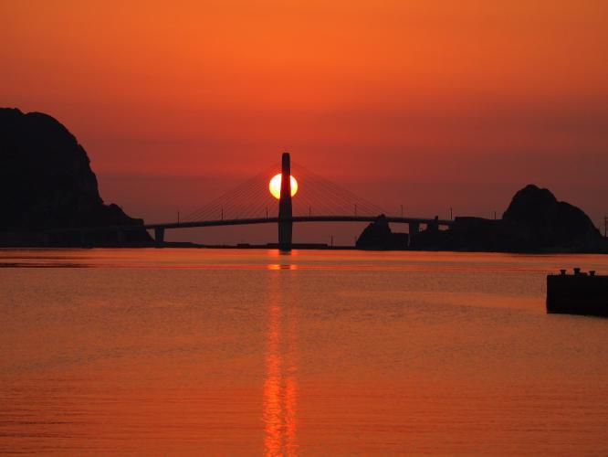 太陽が橋の後ろに