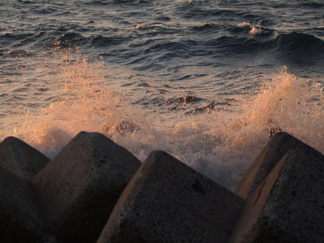 波しぶきも夕焼けて
