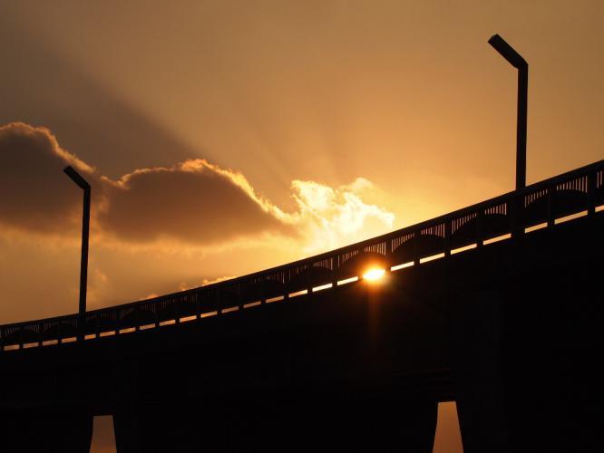 大明神橋に夕陽が