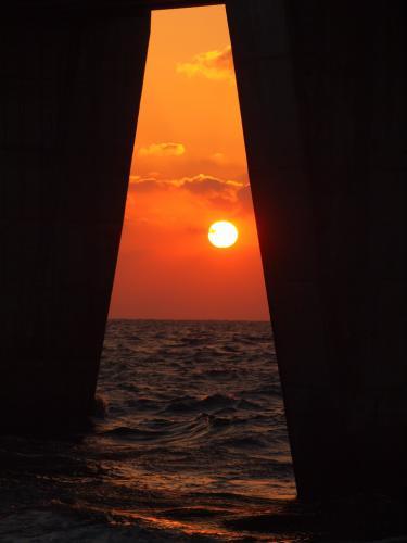 橋桁の夕陽