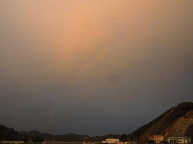 夕空に虹が