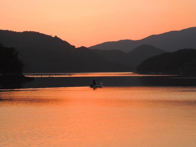 夜釣りに出る小舟