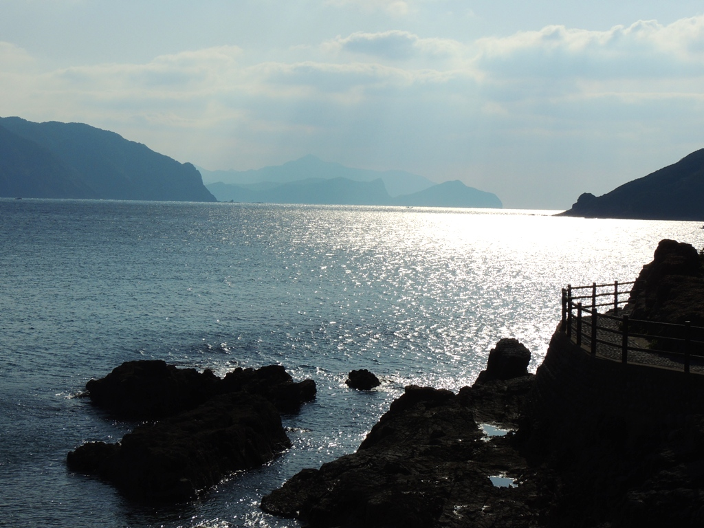 キラキラと 逆光の海