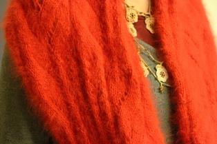 還暦にいかがでしょうか?赤いスヌード。編地に注目です