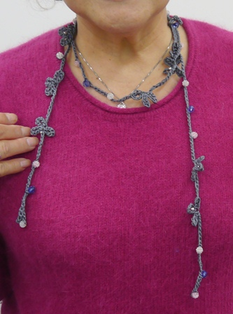 編み物のネックレス・・ピンクのお洋服に映えますね。
