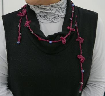 編み物のネックレス・・黒には赤が・・皆様しっかりキットを選んでらっしゃいました。