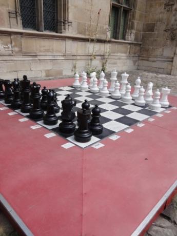 中庭で巨大チェス!