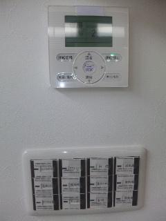 エアコンのリモコンとスイッチ類