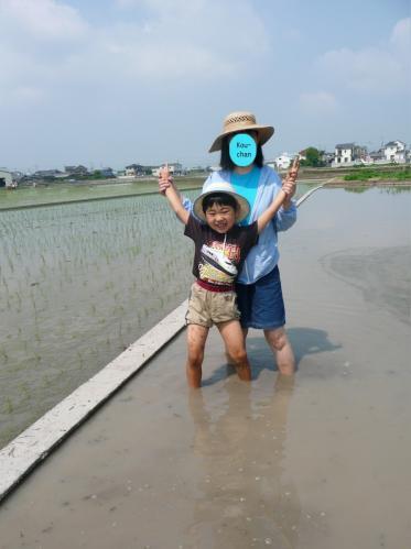 田植え??(とは名ばかりの泥遊び)2011.06.04-01