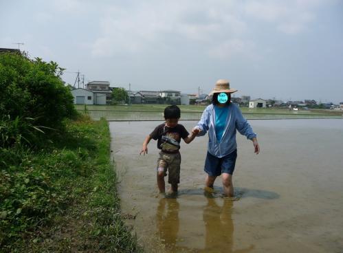 田植え??(とは名ばかりの泥遊び)2011.06.04-03
