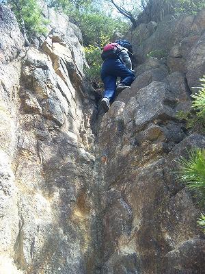岩ばしごをのぼります