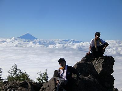 富士山を背景に記念撮影