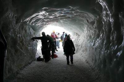 氷のトンネルを通ると登山道です