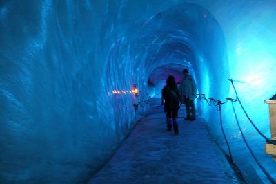氷河の中は寒いです。でもかなり水が滴り落ちていました。