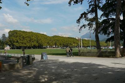 アヌシー湖畔の芝生広場