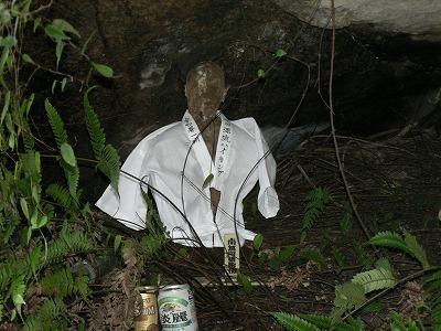 聖の滝にある観音様に毎年着替えをします
