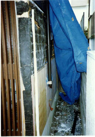 自宅被災外壁です
