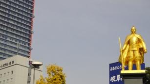 岐阜駅前の金の信長像