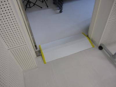 板を置いてあります。両端が黄色。