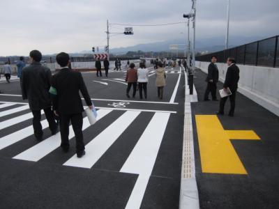 車道を歩く人々