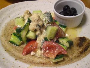 キュウリ・トマト・オリーブのサラダ