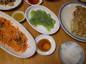 餃子、ニンジンのサラダ、刺身蒟蒻