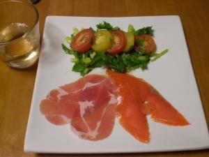 生ハムとスモークサ-モン・トマトとセロリのサラダ添え