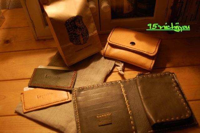 財布とコーヒー。