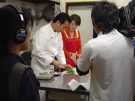 狭い厨房でカメラマンさんも大変です