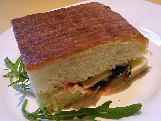 生ハムとチーズを挟んだイタリアのホットサンドがパニーニィ