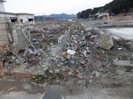 瓦礫で側溝が埋まってる