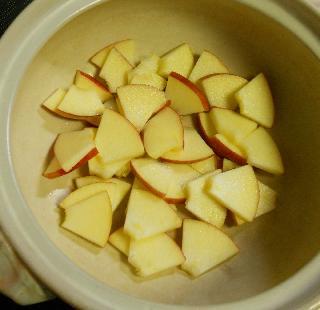 薄切りりんごのチョコワイン鍋1