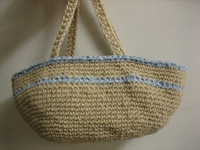 かぎ針編みの麻のカゴ
