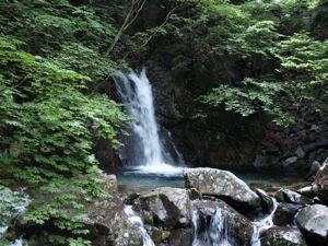 4和合の滝に入る
