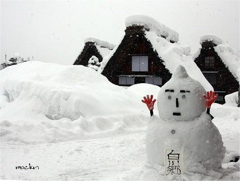 雪ダルマを楽しむ