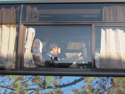 バスで現地へ