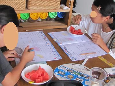スイカ食べながら宿題