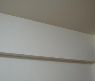 【DIYとインテリア生活】 【戸境壁にインテリア】の戸境壁に梁。天井のピクチャーレールを拒む!