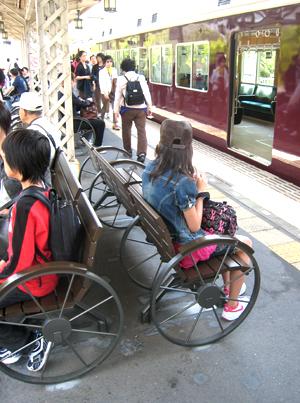 阪急嵐山駅ベンチ01