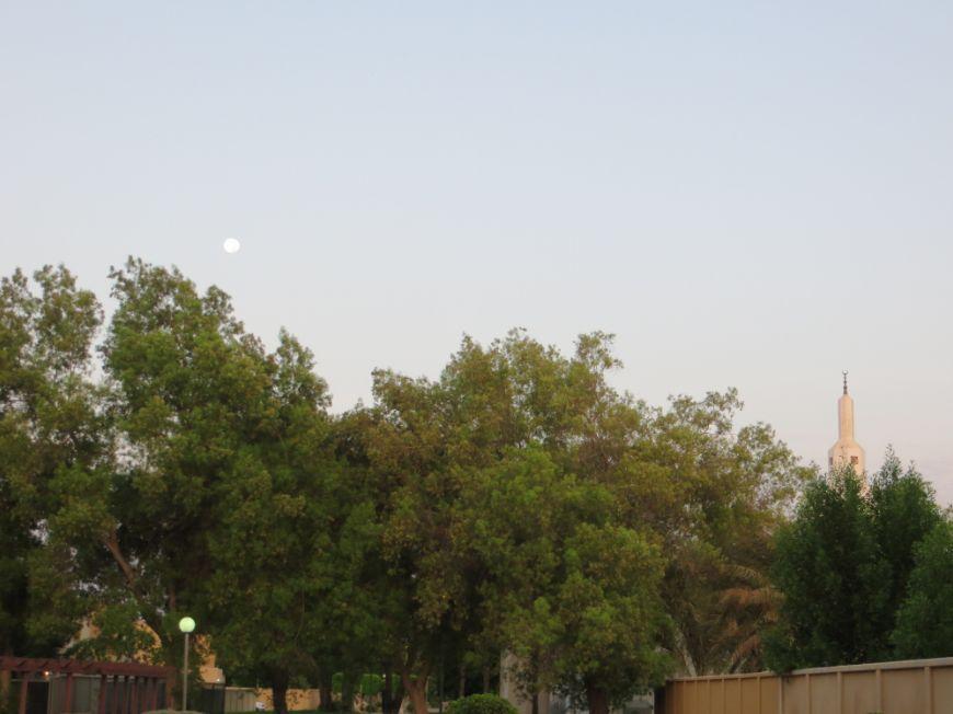 夜明けの満月とモスク2