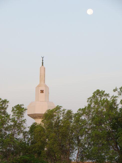 夜明けの満月とモスク
